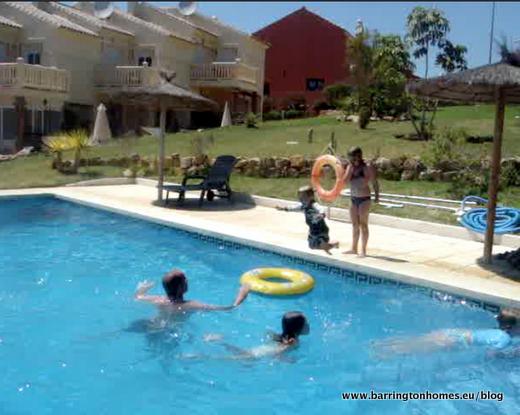 Fun_in_swimming_pool_in_Manilva_in_summer